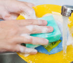 Микробиолог оценил риск заразиться отгрязной губки для мытья посуды