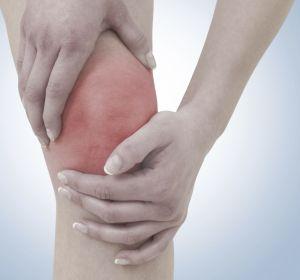 Жидкость в коленном суставе — почему скапливается, симптомы, терапия препаратами и народными средствами