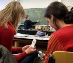 Две трети взрослых использует во время вождения с детьми мобильный телефон