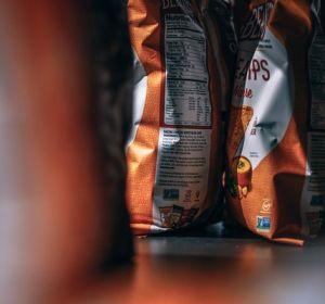 Супермаркетам предложили убрать чипсы и сладости от касс