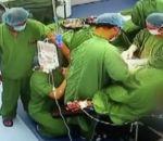 Корчащийся от боли хирург смог провести девять операций