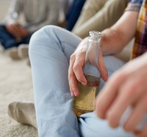 Российские мужчины вчетыре раза чаще женщин снимают стресс алкоголем