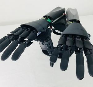 Итальянец создал двойную бионическую руку