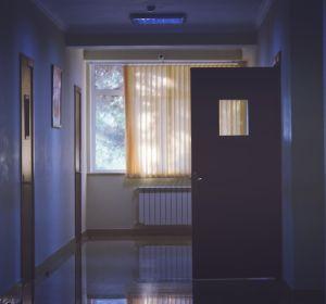 На Ставрополье пациент три дня пролежал на полу в коридоре больницы. Минздрав ссылается на загруженность отделения