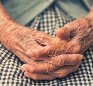 Минтруд рекомендует размещать одиноких пенсионеров в приемных семьях