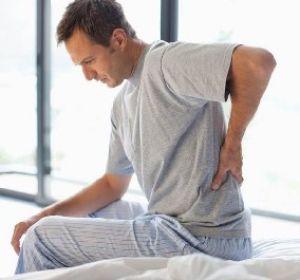 Болит позвоночник между лопатками — характер болей и методы терапии