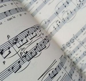 Гипертоникам посоветовали слушать музыку после приема лекарств