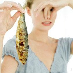 Неприятный запах рыбы из валагища: причины, чем лечить