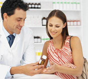 Врач показывает пациентке лекарство