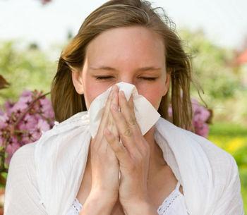Девушка чихает из-за аллергии