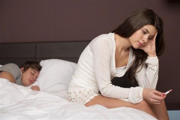 Женщина с тестом на беременость