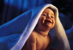 Ребенок вечером под одеялом