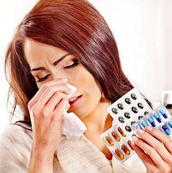 Девушка держит в руках лекарства от аллергии