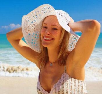 Девушка на пляже под солнцем