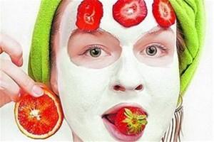 Белая маска на лице у девушки и клубника