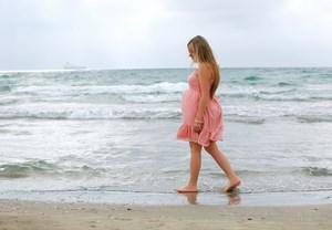 Беременная мочит ноги в воде