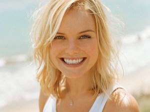 Блондинка на фоне моря улыбается