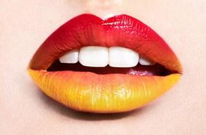 Губы накрашенные в красный и желтый