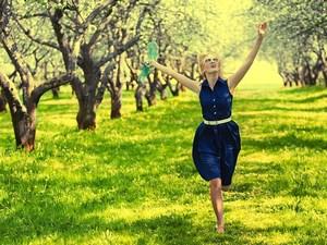 Девушка бежит по саду