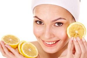 Девушка держит в руках лимон