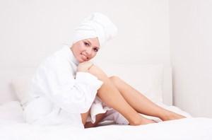 Девушка сидит в халате с полотенцем на голове