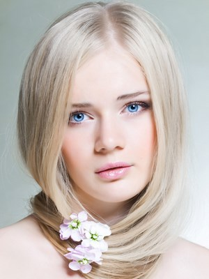 Девушка со светлыми волосами и цветком