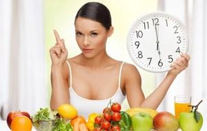Девушка стоит с часами и овощи