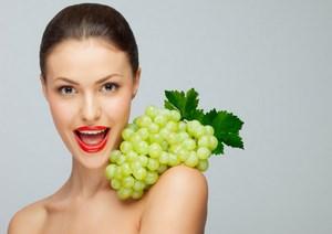 Девушка с виноградом на плече