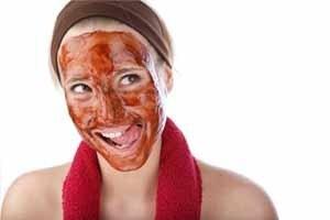Красная маска на лице у девушки