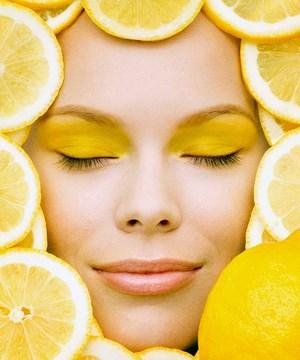 Лицо девушки обложенное лимонами