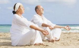 Мужчина и женщина медитируют