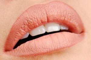 Накрашенные губы у девушки