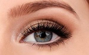 Накрашенный глаз девушки