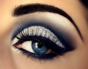 Накрашенный глаз у девушки
