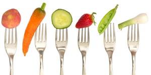 Овощи и фрукты на вилках