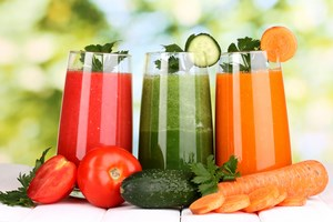 Овощные соки в стаканах с овощами
