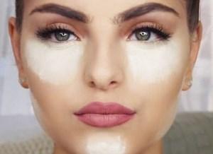Тональный крем на лице у девушки