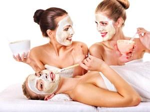 Девушки с белой маской на лице