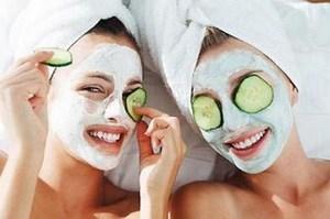 Две девушки с белыми масками и огурцами на глазах