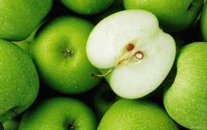 Яблоки и разрезаное яблоко