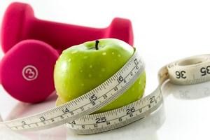 Яблоко с сантиметром и гантелями