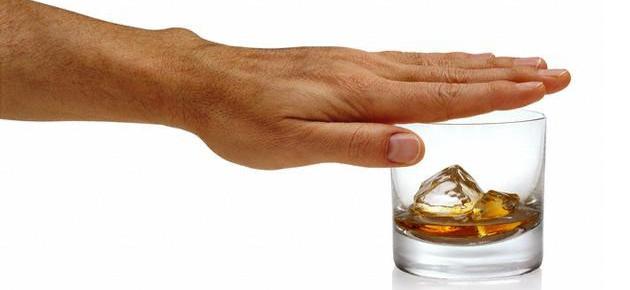 Рука и стакан