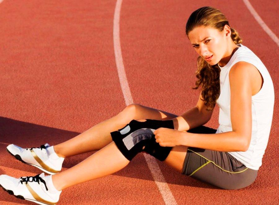 При разрыве мениска в первые минуты возникает резкая боль, которая усиливается при разгибании ноги.