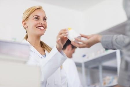 фармацевт дает лекарства