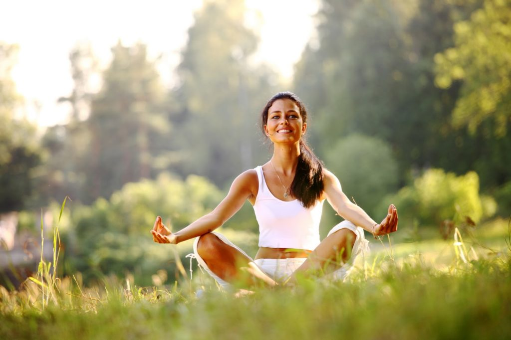 Выполнение дыхательных упражнений усиливает приток крови к легочным альвеолам, что ускоряет выведение вредных веществ и улучшает насыщение кислородом.