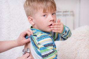 Как лечить влажный кашель у ребенка: доступные и безопасные способы