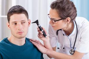 Как лечить боль в ушах: лучшие способы для взрослых и детей