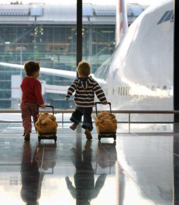 Как отправить ребенка одного на самолете? Перевозка детей под наблюдением авиакомпании