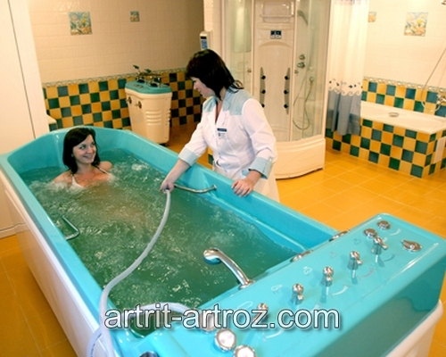 женщина в халате общается с девушкой в ванной