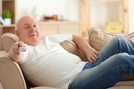 мужчина лежит на диване